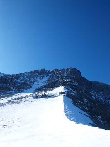 Our route goes up the right-most gully. The correct route goes across the big snow gully and climb up the left side