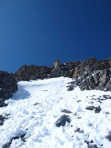 Higher up I encountered the snowy condition. This is near the crux rock band.