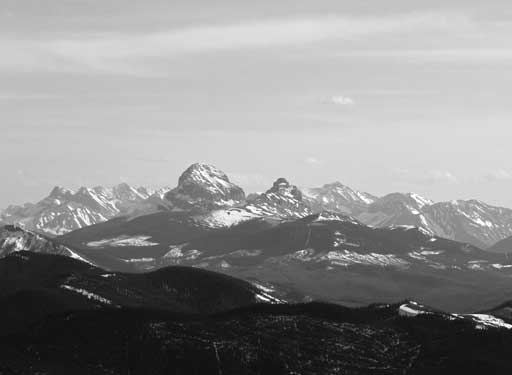 Zooming-in towards the iconic Crowsnest Mountain