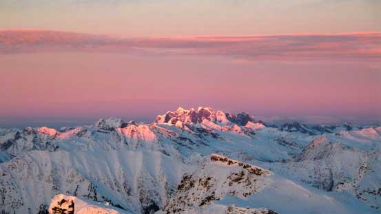 The last sunbeam shone on Adament Mountain