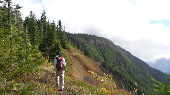 Hiking along Elk-Thurston trail