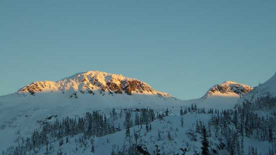 Alpenglow on Anemone Peak and Tabletop Mountain