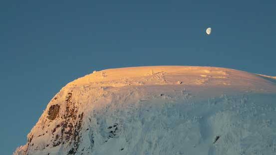 Alpenglow and moon set on Famine Mountain