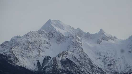 South Twin with the pointy Skookum Peak on its right shoulder. This shape reminds me Mt. Sir Douglas in the Rockies.
